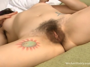 Alternative hairy girl Sadie Lune has one goal, and that is to get you off....