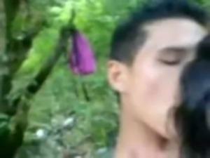 Novinha fazendo sexo no bosque, para mais videos visite: www.sonovinhas.net free