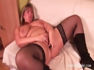 Blonde mature hottie using vibrator to please her twat