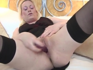 blonde mature kirsty masturbating in bed