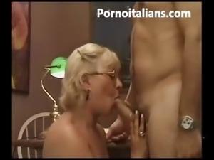 Matura italiana succhia cazzo giovane ragazzo - Granny mature italian blowjob...