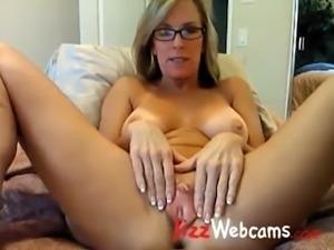 Milf Spreads Large Pussy Lips On Webcam