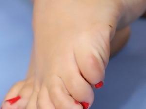 Ashley Anne wants some fresh cum on her feet