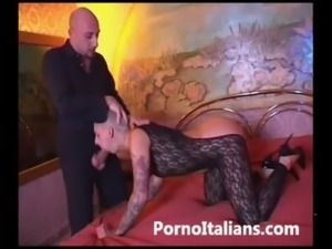 Bionda tatuata figa rasata scopa con maschio dal cazzo enorme Italian tatoo free