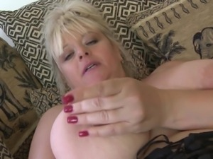 chunky mature fucking her tight pussy