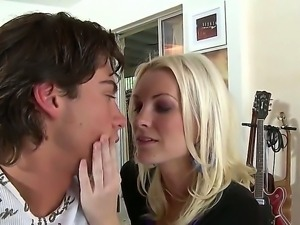 Busty blonde hairdresser Brandi Edwards seduces her client and presents him...