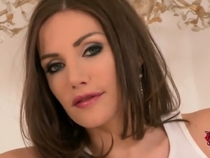 Brown haired babe Clanddi Jinkcego is a well stacked French
