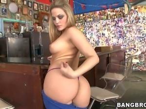 Asslicious pornstar Alexis Texas does sexy striptease before lucky guy