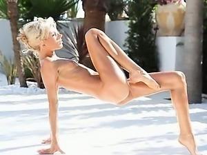 Super flexi gaunt girl peeing outdoors