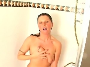 Mature kelly plays in the shower