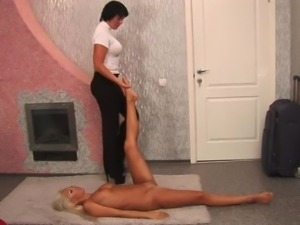 Flexible slut has big rubber toy