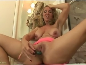 Blonde mature Jenna Covelli dildos her tight cunt
