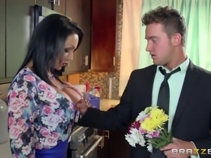 dark haired milf can give a spectacular titfuck