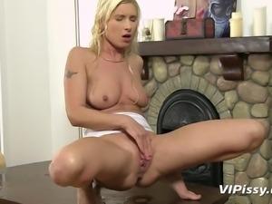 sexy blonde venessa gets piss-sex