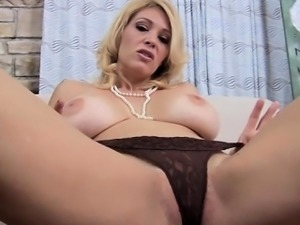 Sexy Hausfrau riding cock
