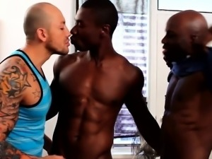 Interracial gay threeway with spitroasted guy