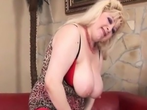Trashy mature in pantyhose toying her pussy