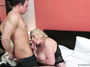 Mature gets her nice face painted with man semen