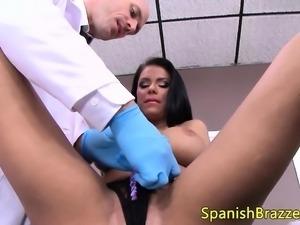 Tetona mamadora seduciendo a su doctor