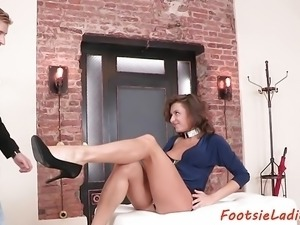 Feet loving beauty wanks cock with her feet