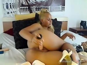 Bubblebutt blonde MILF poking her fat vagina on livecam