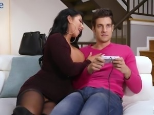 Tanned appetizing MILF Raven Hart gives unforgettable blowjob to stud
