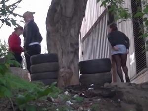 Zwei junge Teens lassen draussen Druck ab!