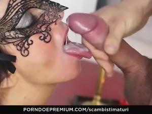 SCAMBISTI MATURI - Hot swinger fuck with Italian booty babe